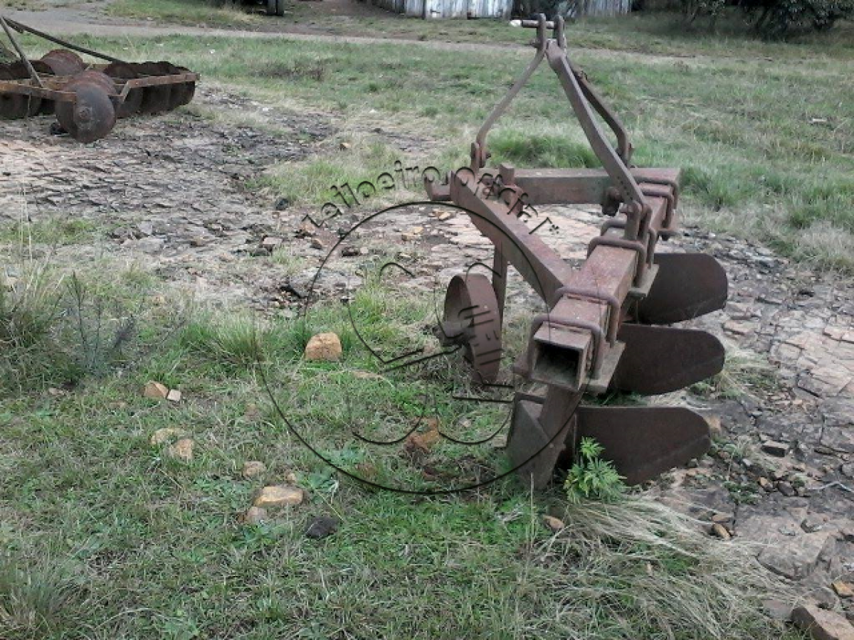 Um arado de três lâminas.