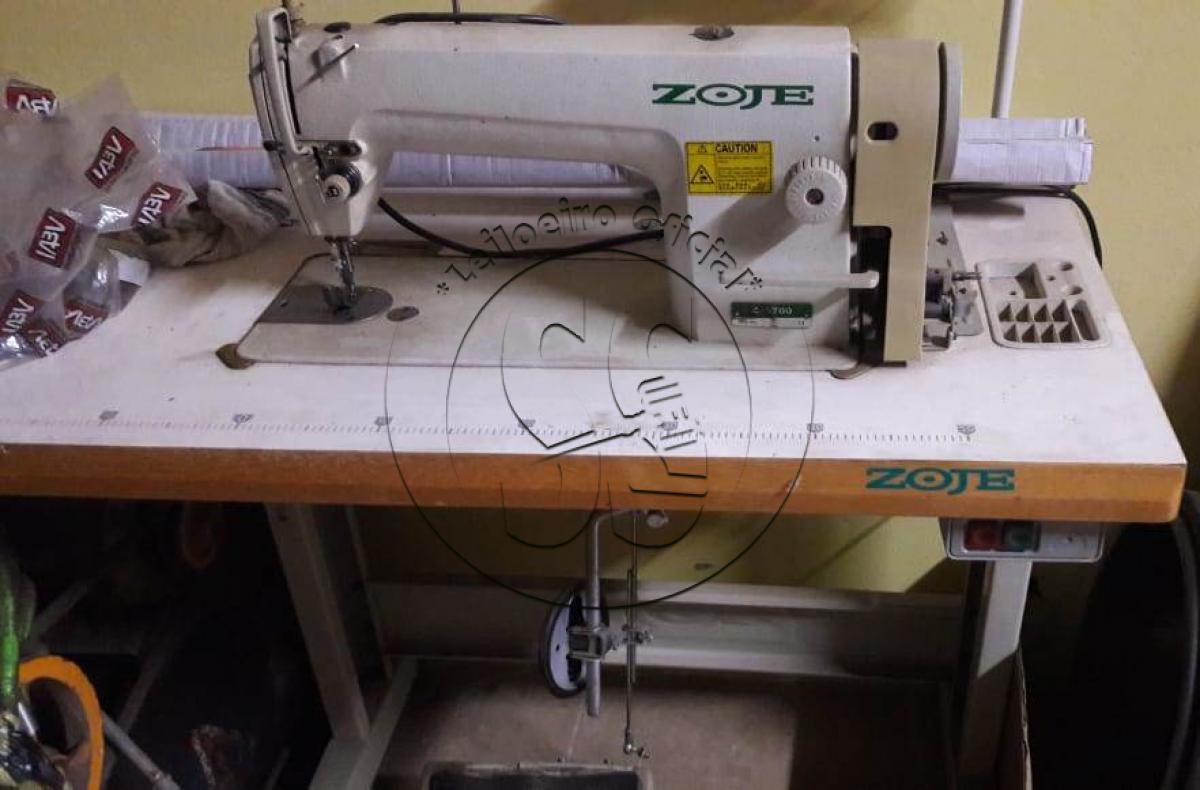 Máquina de costura reta, marca Zoje.